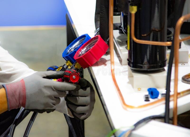 Manometrar som mäter utrustning för fyllnads- luftkonditioneringsapparater arkivbild