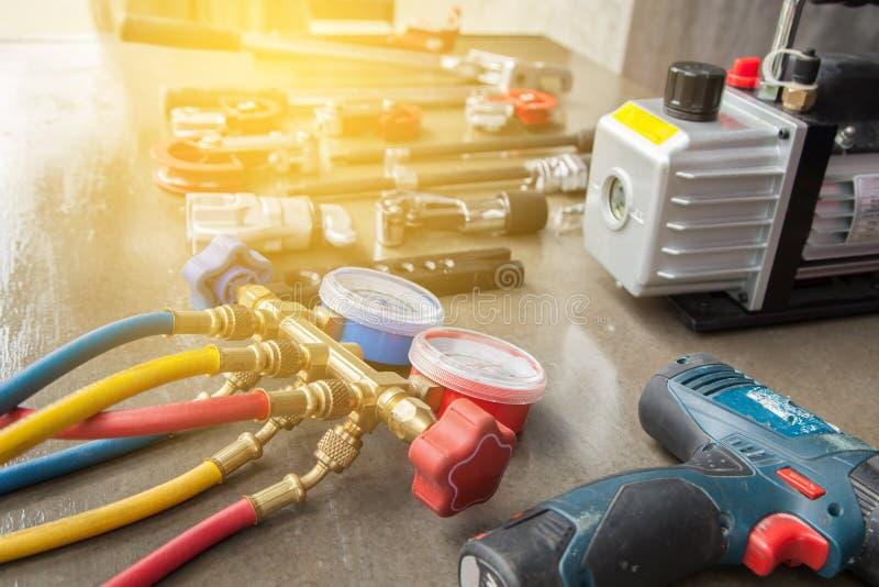 Manometrar som mäter utrustning för fyllnads- luftkonditioneringsapparater, gaug arkivfoto