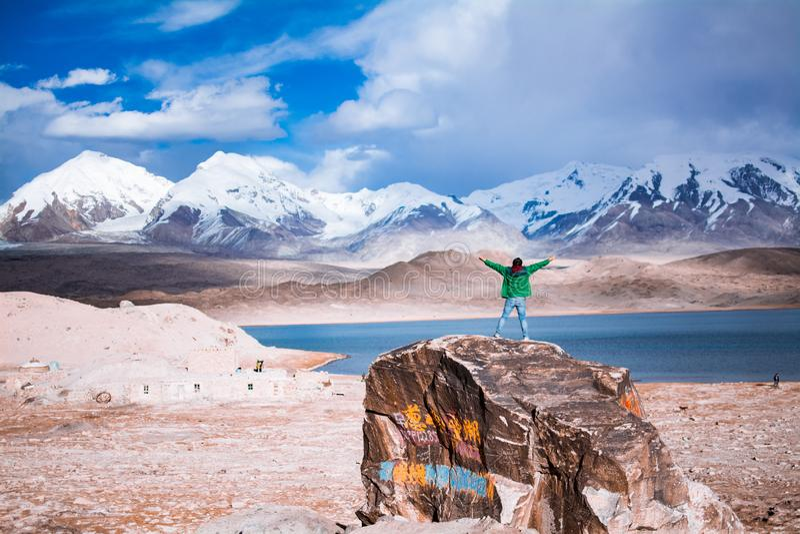 Manomfamningnatur framme av sjön Karakuri och monteringen Muztagata fotografering för bildbyråer