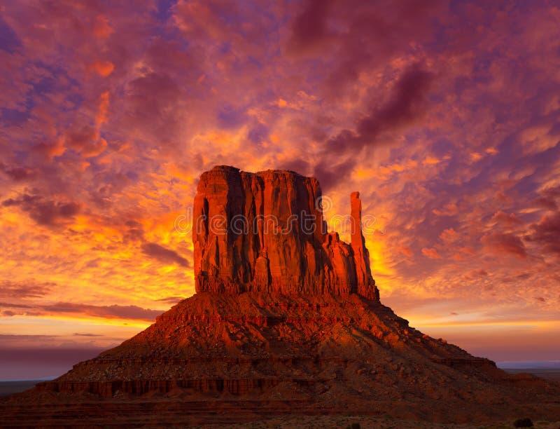 Manopla del oeste del valle del monumento en el cielo de la puesta del sol foto de archivo