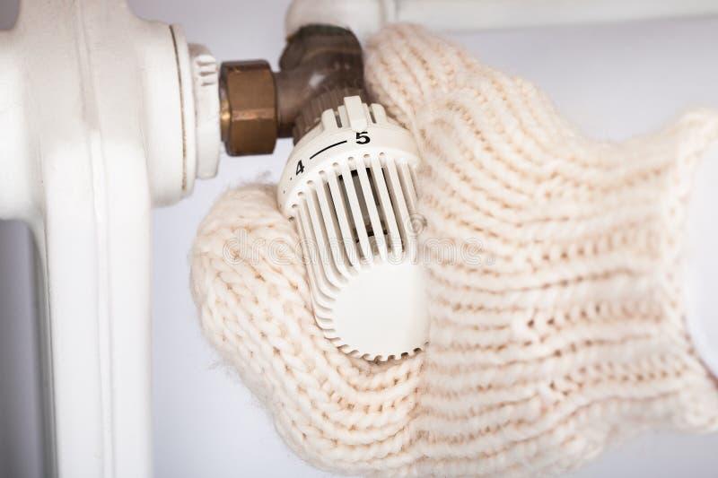 Manopola d'uso di tornitura del guanto della mano del radiatore immagine stock