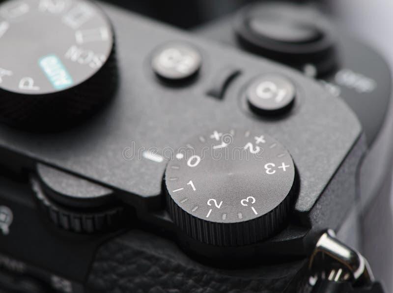 Manopola di controllo di esposizione sulla macchina fotografica mirrorless immagine stock libera da diritti