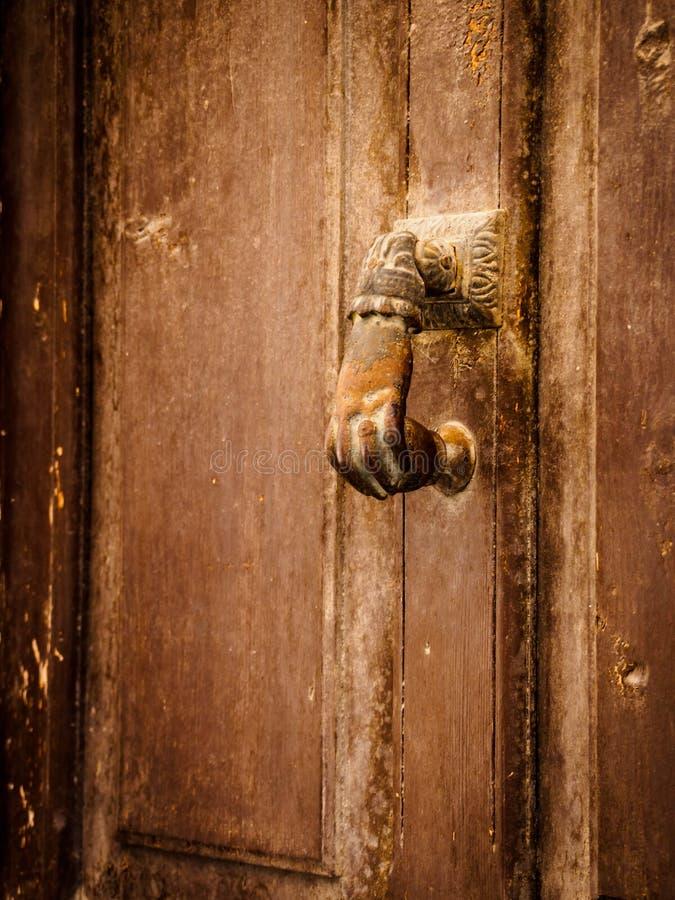 Manopola di porta antica del metallo di bei colori ocracei fotografia stock