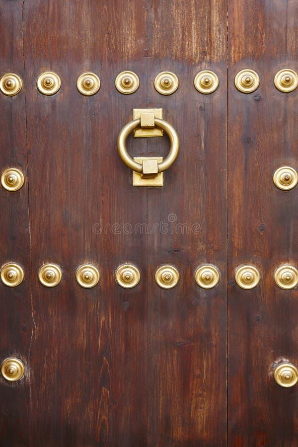 Manopola di porta classica bronzea antica su una porta di legno fotografia stock libera da diritti