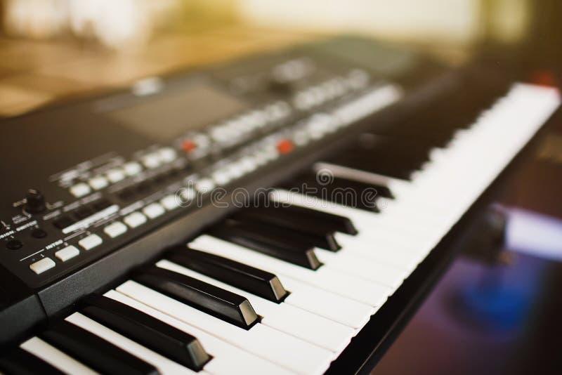 Manopole del sintetizzatore Il piano chiude a chiave il primo piano instr musicale elettronico immagini stock libere da diritti