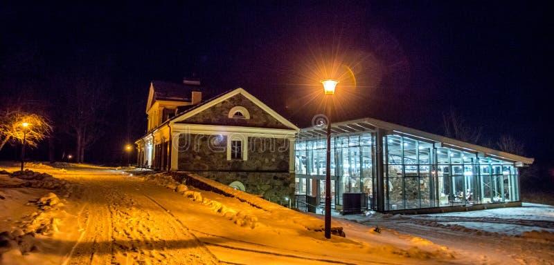 Manor in Litouwen bij nacht royalty-vrije stock afbeeldingen