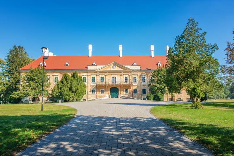 Manor van de 17de eeuw in park in Malacky Slowakije stock foto