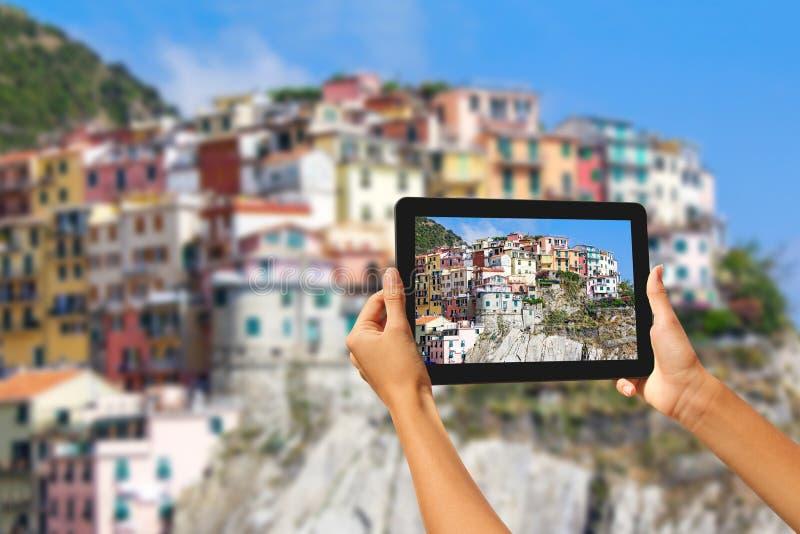 Manorola-Frau, die Fotos auf einer Tablette macht lizenzfreie stockbilder