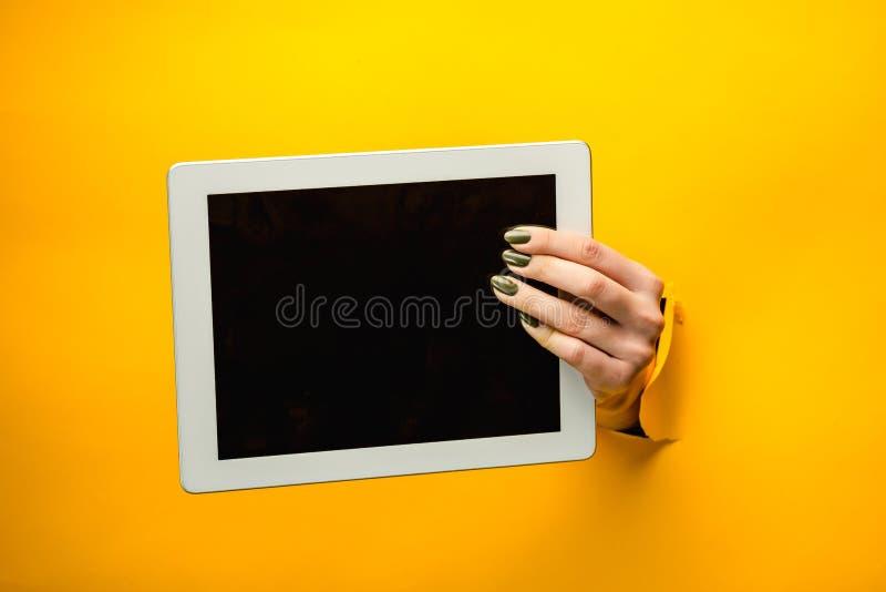 Manos adolescentes femeninas usando la PC de la tableta con la pantalla negra, fotos de archivo libres de regalías