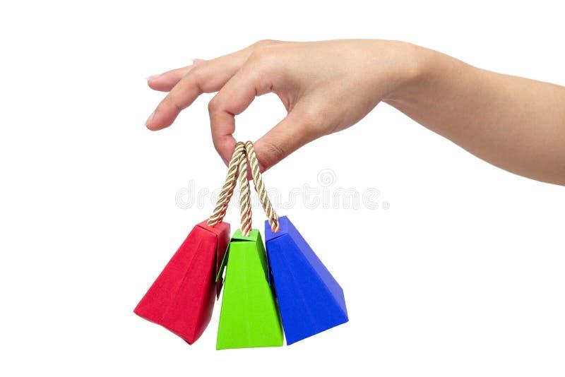 Manos adultas del ` s que sostienen las mini bolsas de papel imagen de archivo