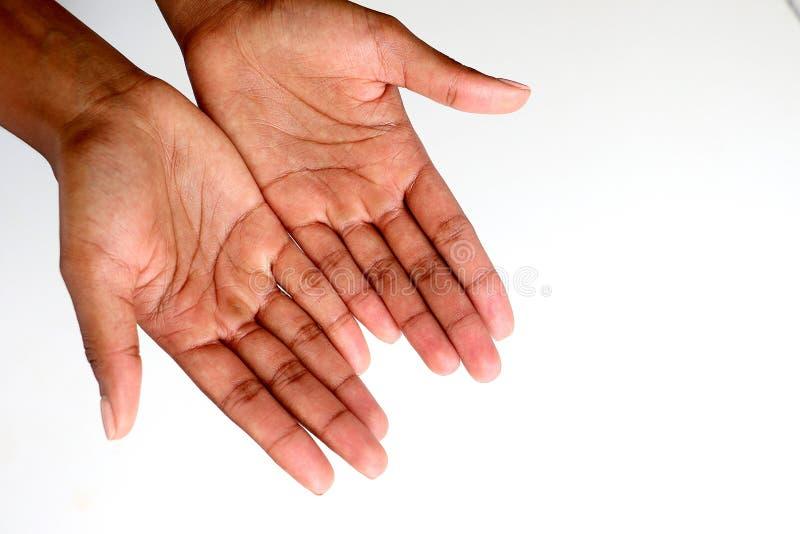 Manos africanas negras que piden, abiertas y ahuecadas imagen de archivo