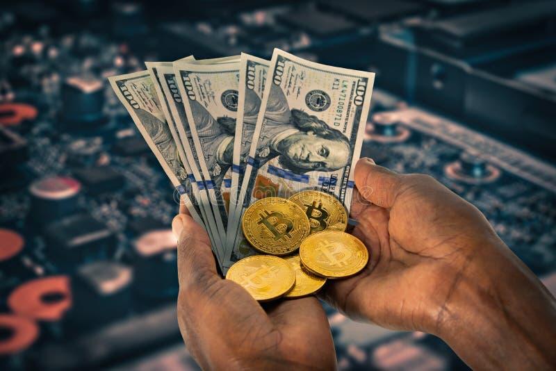 Manos africanas que sostienen monedas del bitcoin fotografía de archivo