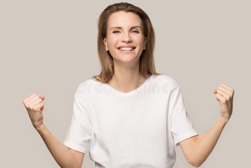 Manos agradecidas felices del control de la mujer en la sensaci?n del pecho agradecida imágenes de archivo libres de regalías