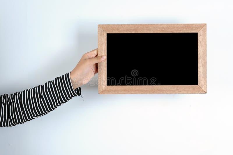 Manos asi?ticas de la mujer que sostienen la pizarra imagen de archivo