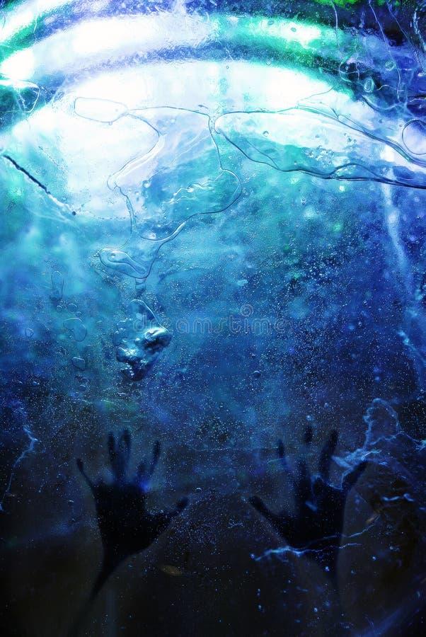 Manos bajo el hielo azul fotografía de archivo