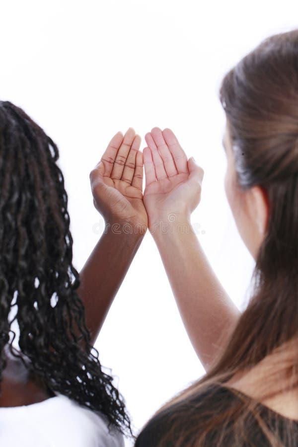 Manos blancas y negras junto foto de archivo