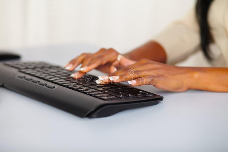 Manos bonitas de la mujer que trabajan en el ordenador fotos de archivo libres de regalías
