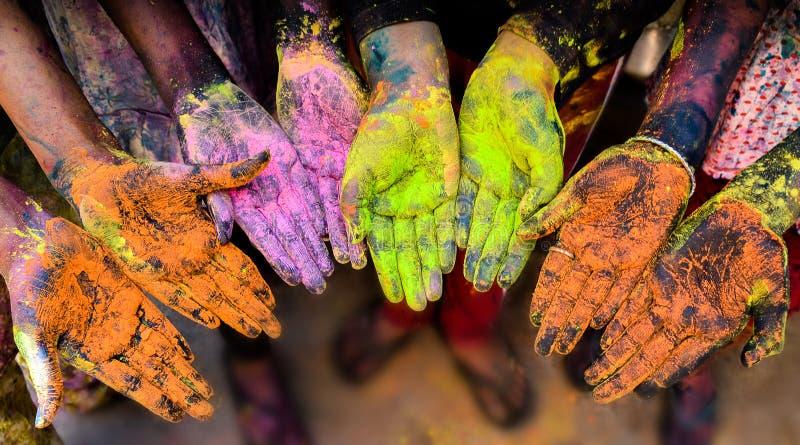 Manos coloridas en el festival de Holi fotos de archivo