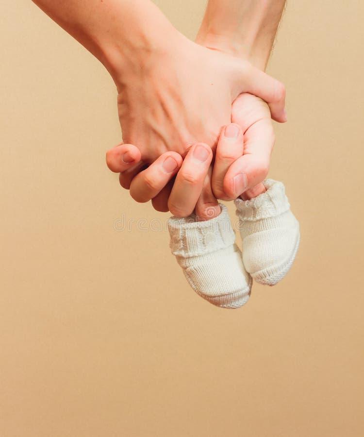 Manos con botines del bebé imagen de archivo libre de regalías