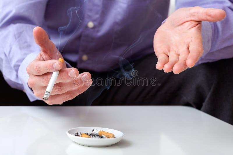 Manos con el cigarrillo imagenes de archivo