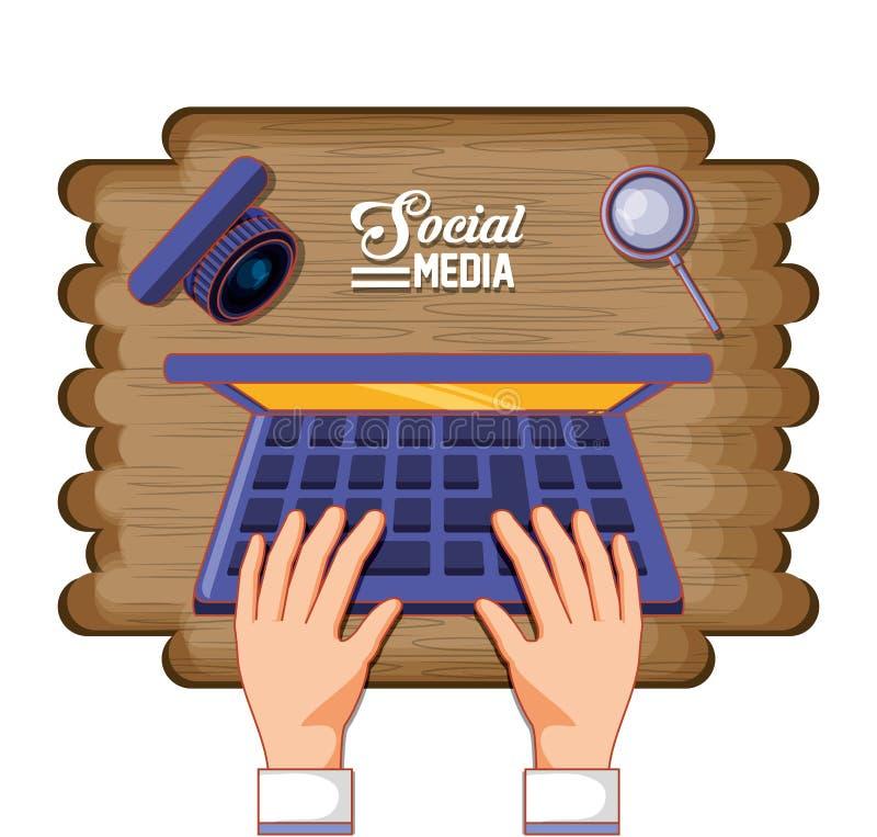 Manos con el ordenador portátil y medios iconos sociales en fondo de madera ilustración del vector