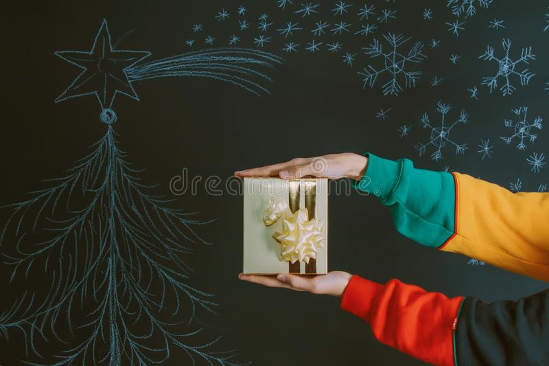 Manos con la caja y la Navidad de regalo fotografía de archivo