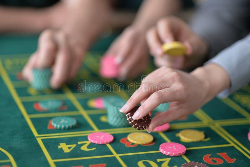 Manos con los microprocesadores del casino fotografía de archivo libre de regalías