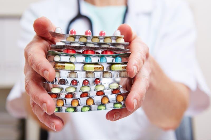 Manos con muchas píldoras de un doctor fotografía de archivo
