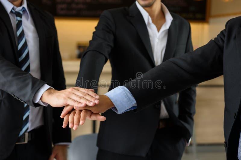 Manos conmovedoras del equipo del hombre de negocios, trabajo en equipo imagen de archivo