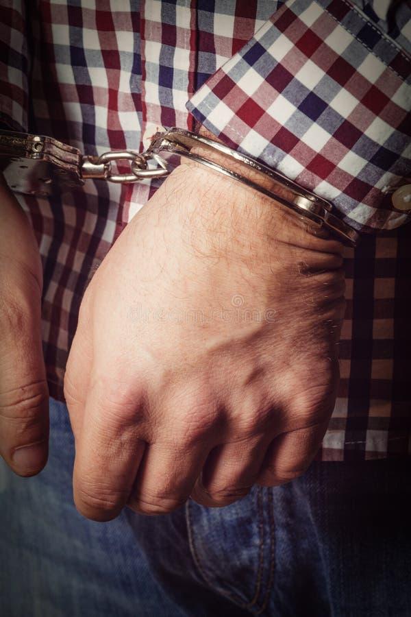Manos criminales bloqueadas en manillas imagen de archivo libre de regalías
