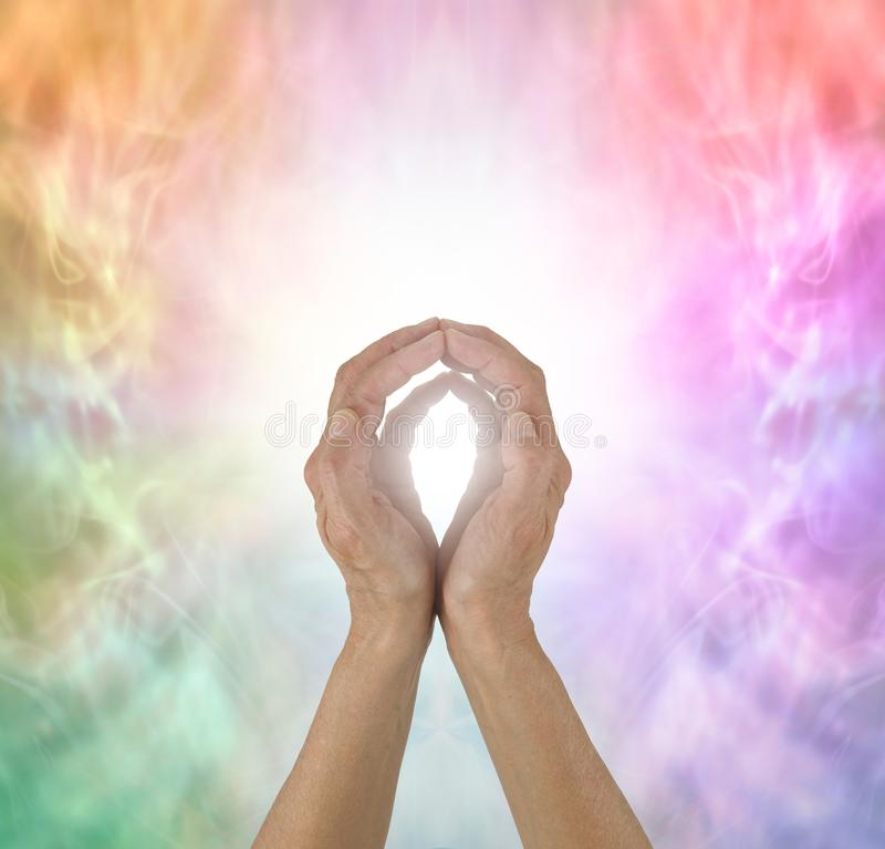 Manos curativas de la energía del espectro del arco iris foto de archivo libre de regalías