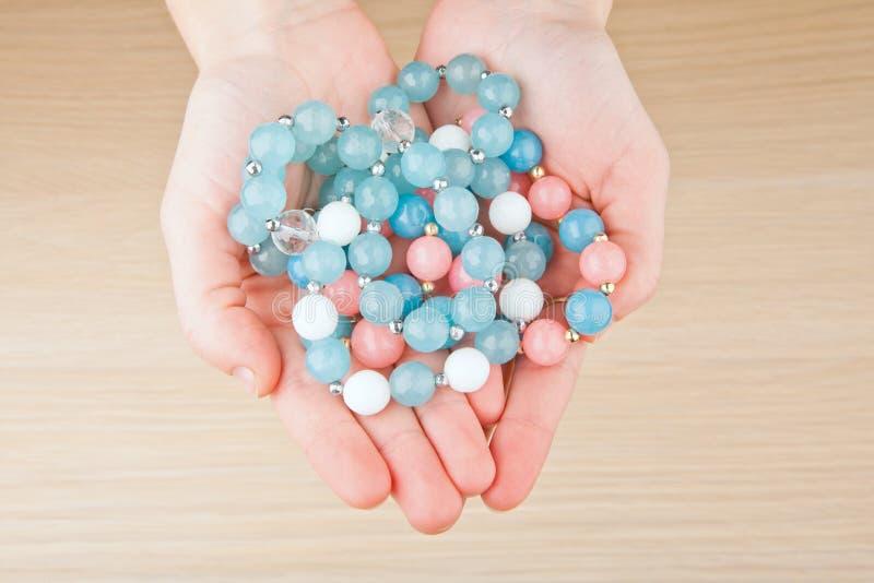 Manos de cerámica de la mujer de las piedras de la pulsera de la ágata azul de plata imagen de archivo libre de regalías