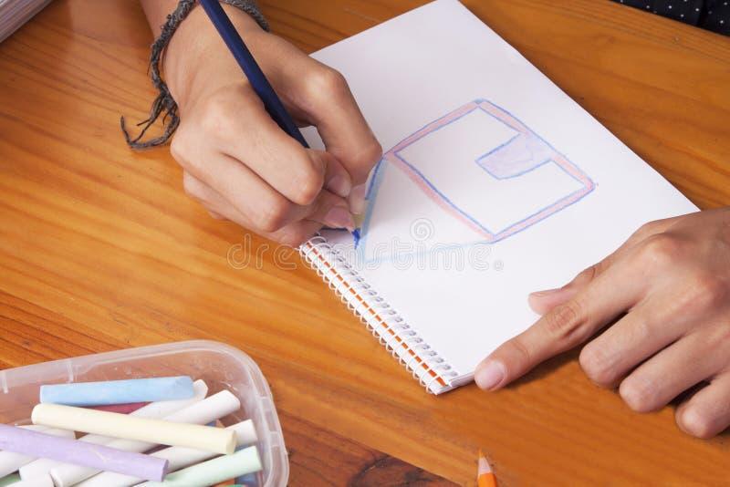 Manos de Childs dibujando foto de archivo