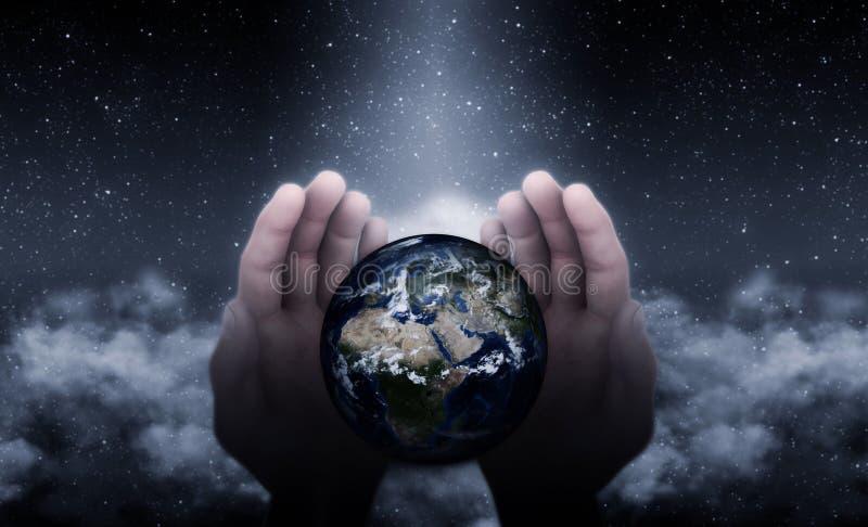 Manos de dios en la tierra ilustración del vector