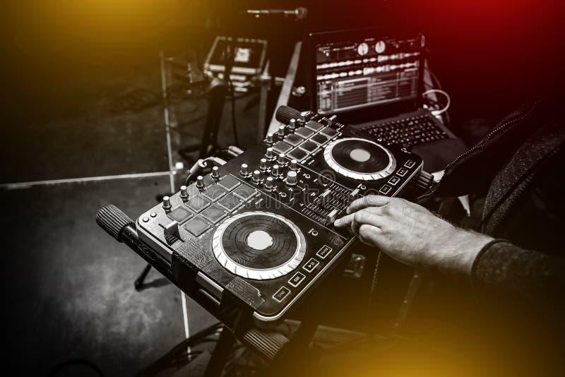 Manos de DJ en el telecontrol Partido del club nocturno fotos de archivo libres de regalías