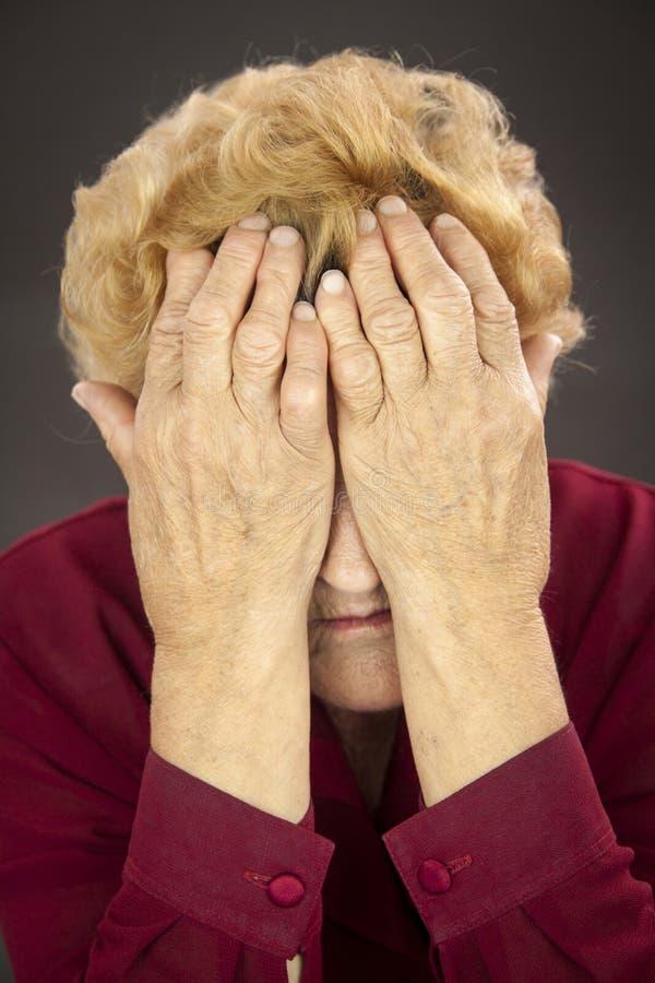 Manos de la artritis reumatoide de la mujer mayor fotografía de archivo libre de regalías