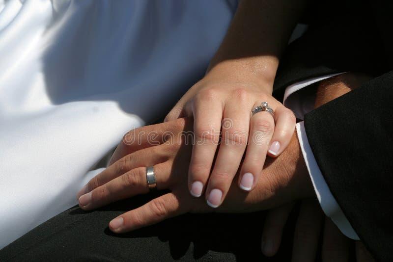 Manos de la boda imagen de archivo