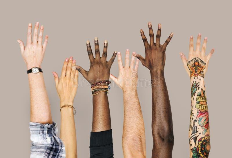 Manos de la diversidad aumentadas encima de gesto fotos de archivo libres de regalías