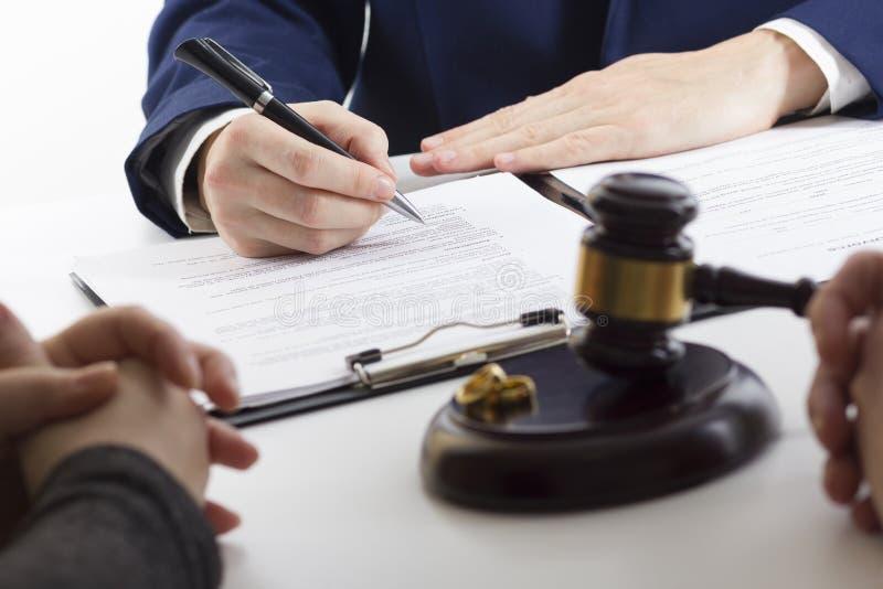 Manos de la esposa, decreto de firma del marido del divorcio, disolución, cancelando boda, documentos de la separación legal, arc fotografía de archivo
