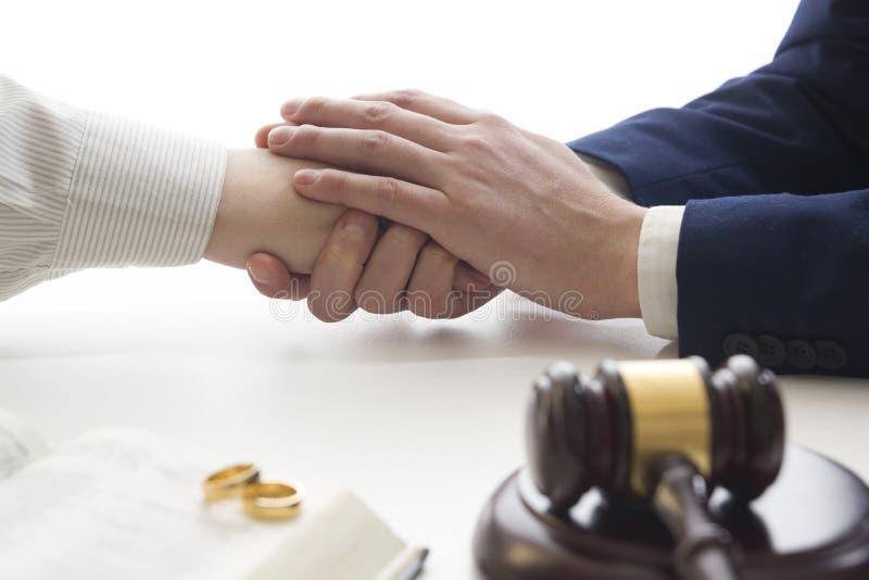 Manos de la esposa, decreto de firma del marido del divorcio, disolución, cancelando boda, documentos de la separación legal, arc fotos de archivo libres de regalías