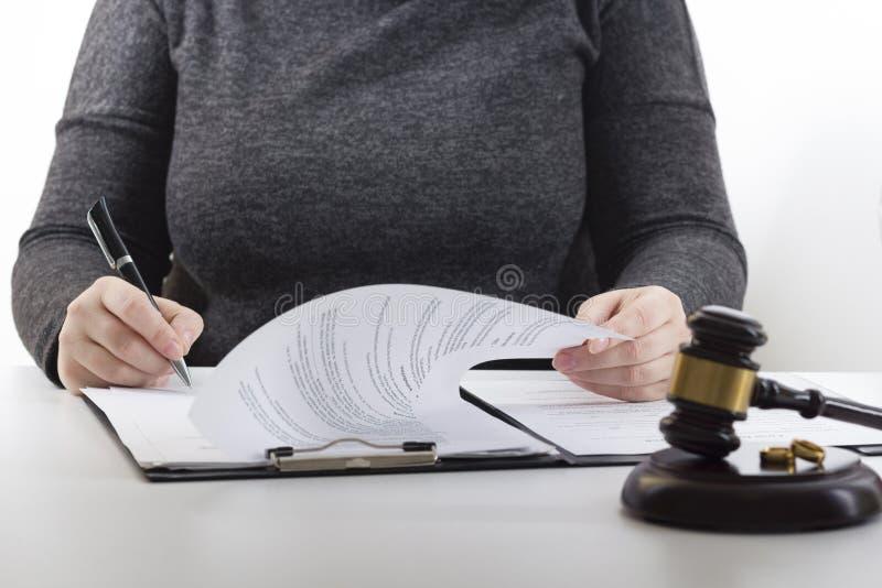 Manos de la esposa, decreto de firma del marido del divorcio, disolución, cancelando boda, documentos de la separación legal, arc imagen de archivo
