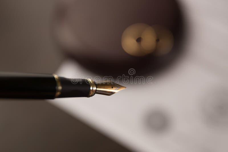 Manos de la esposa, decreto de firma del marido del divorcio, disolución, cancelando boda, documentos de la separación legal, arc foto de archivo libre de regalías
