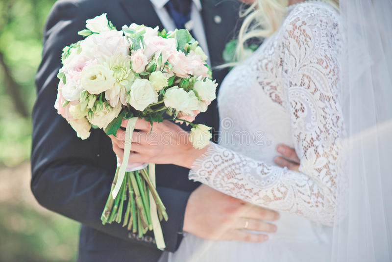 Manos de la explotación agrícola de novia y del novio boda Apenas pareja casada abrazada imagenes de archivo