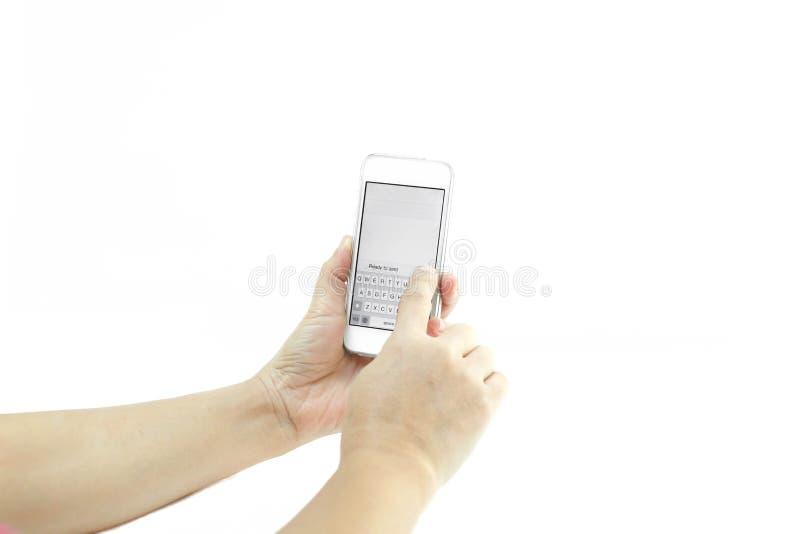 Manos de la gente usando el teléfono móvil fotos de archivo libres de regalías