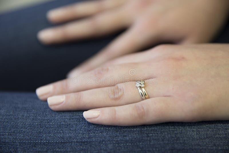 Manos de la mujer con el anillo fotografía de archivo libre de regalías