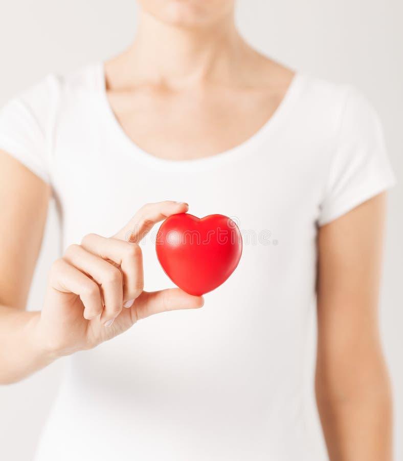 Manos de la mujer con el corazón imagen de archivo libre de regalías