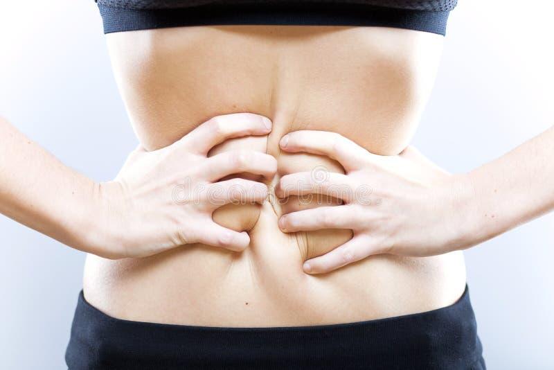 Manos de la mujer con el vientre, concepto de la pérdida de peso fotos de archivo