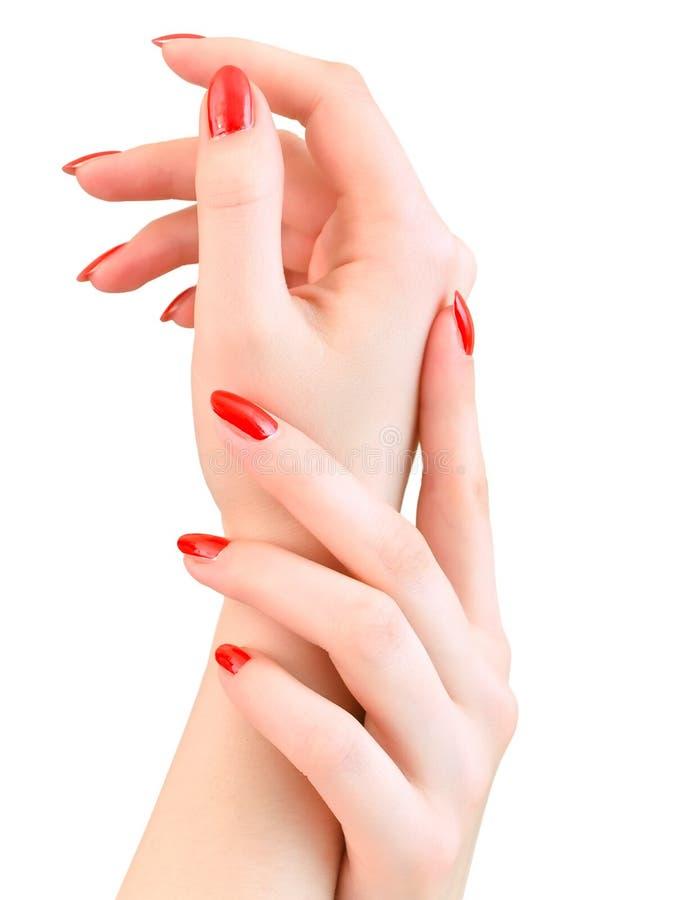 Manos de la mujer con los clavos rojos imágenes de archivo libres de regalías