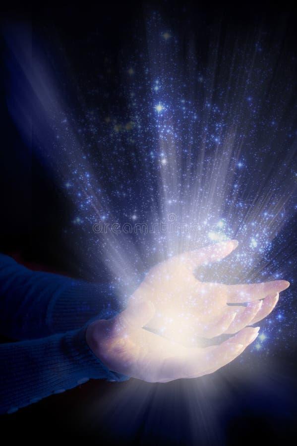 Manos de la mujer con los rayos de la luz como el concepto del espiritual, del alma, religioso, angelical y divino fotos de archivo libres de regalías