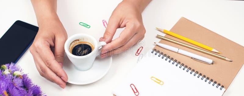 Manos de la mujer con la taza de café en el lugar de trabajo Tiempo de mañana La mujer tiene descanso para tomar café Lugar de tr imagen de archivo